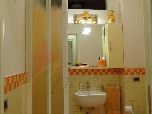 doccia davanti finestra : Bagno Con Doccia Davanti Finestra : ... interno con vasca e finestra ...