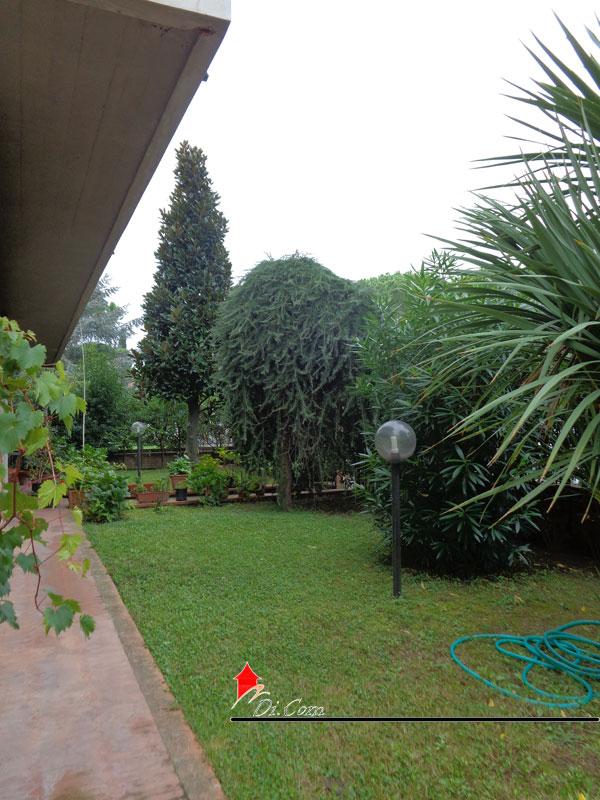 Porta a lucca pisa villa in vendita di 270 mq con giardino for Piani porta garage gratuiti