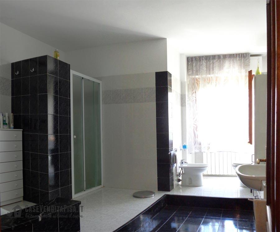Vendita luminoso appartamento in duplex in san martino a ulmiano - Vasca bagno con doccia ...