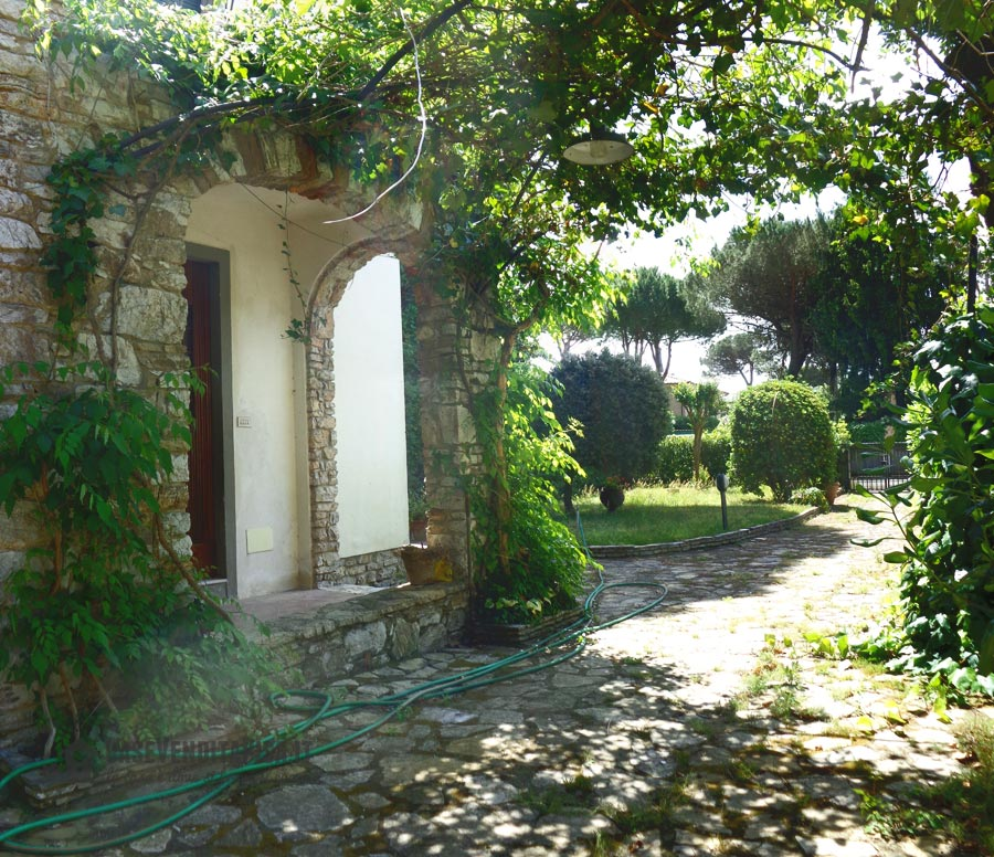 Villa bifamiliare con giardino in vendita a tirrenia for Tre piani di garage per auto con soppalco