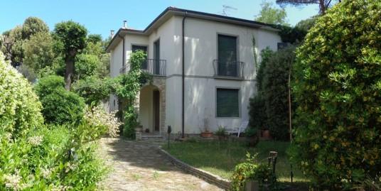 villa bifamiliare con giardino vendita tirrenia