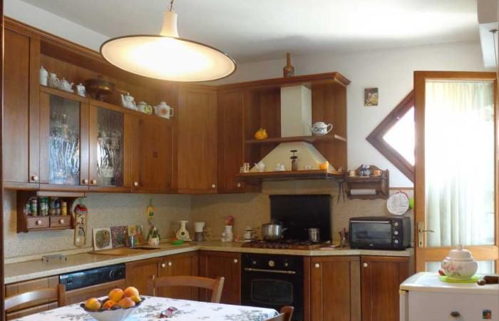 cucina-abitabile-dell'appartamento-con-accesso-al-balcone