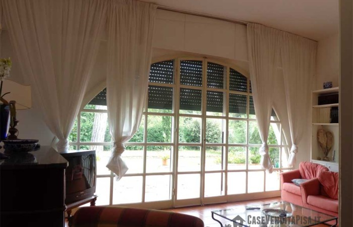 soggiorno-finestrato-2-villa-tirrenia