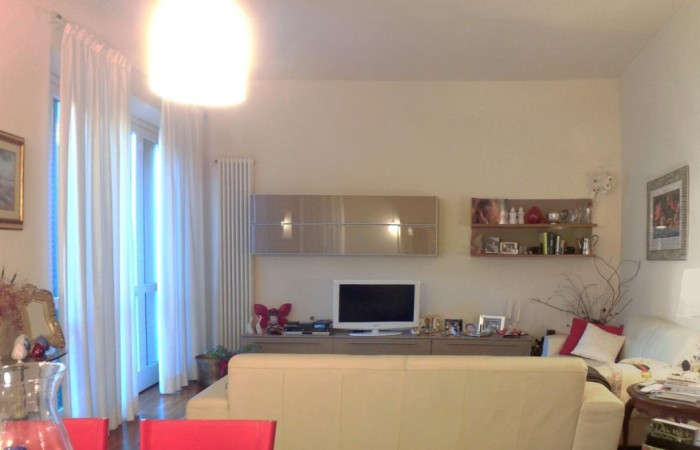 zona tv con divano