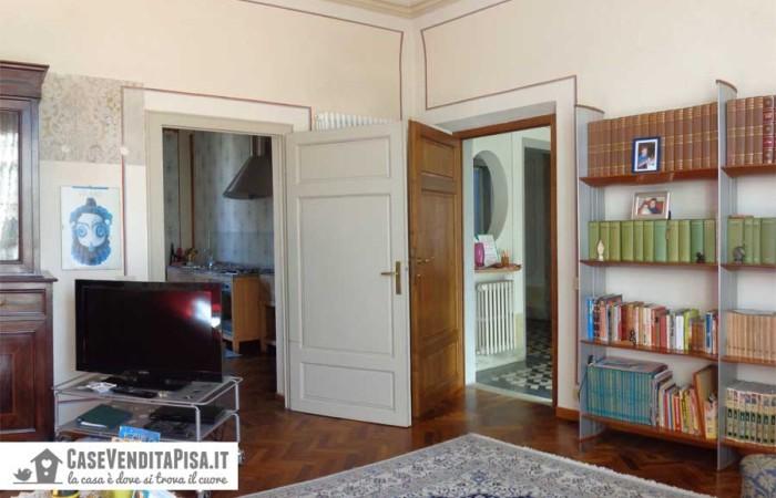 soggiorno-con-accesso-alla-cucina-e-al-disimpegno-del-primo-piano