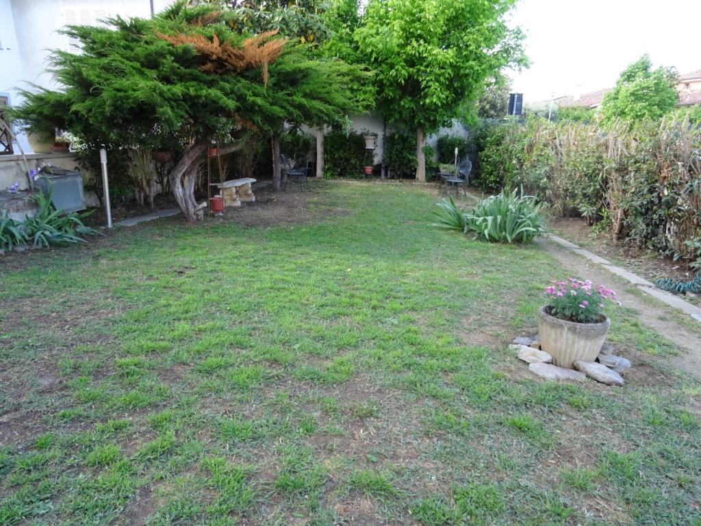 Villetta d 39 angolo con giardino in vendita a fornacette - Casa con giardino pisa ...