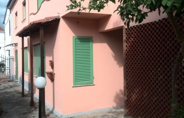 Terratetti in vendita pisa for Due garage di storia in vendita