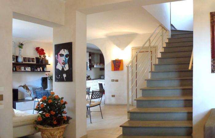 Villetta d'angolo con giardino in vendita a Fornacette