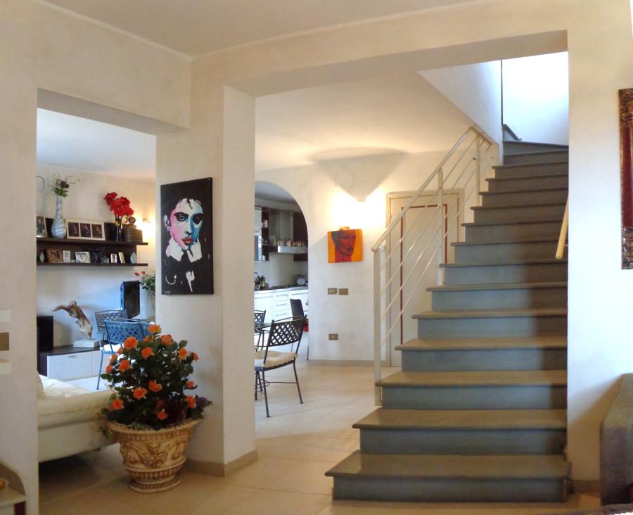 Villetta d 39 angolo con giardino in vendita a fornacette for Kit di casa a 2 piani