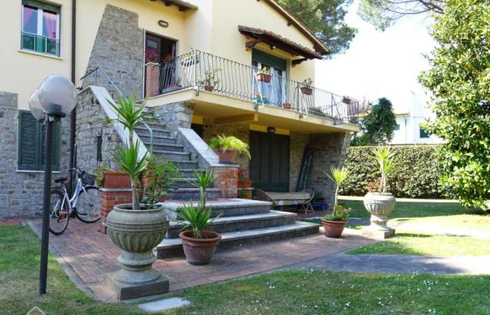 Villa duplex con giardino in vendita a Tirrenia