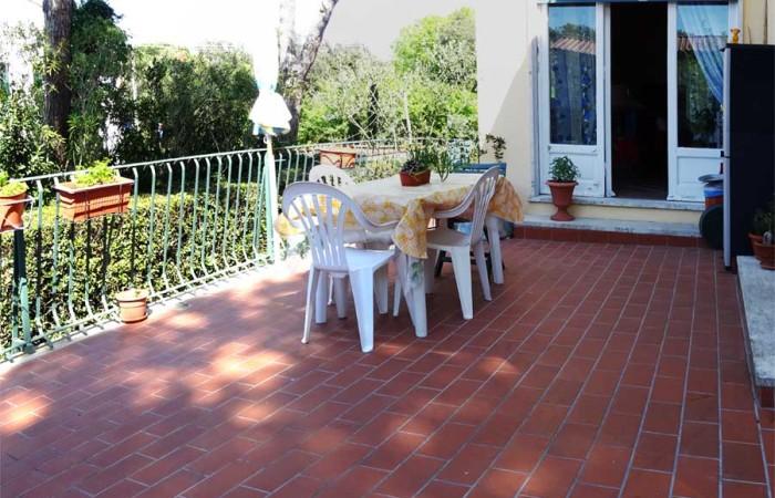 terrazza-sul-retro-della-villa