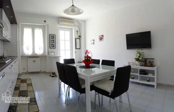 cucina-con-accesso-dal-retro-del-terratetto-a-vecchiano