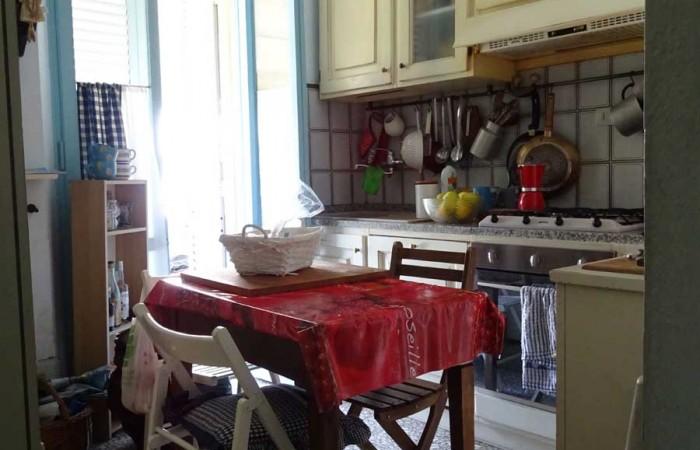 cucina-con-balcone-e-ripostiglio