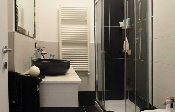 bagno-con-doccia-appartamento-tirrenia