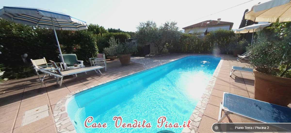 Villa singola con ampio giardino e piscina in vendita a Lucca